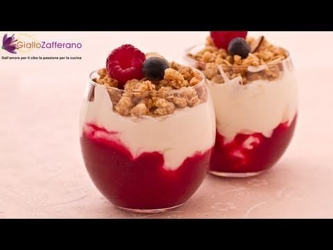 Yogurt sundaes with berries – quick recipe